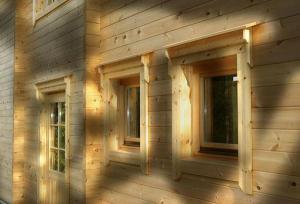 Blockhaus aus kanteförmigem Holz